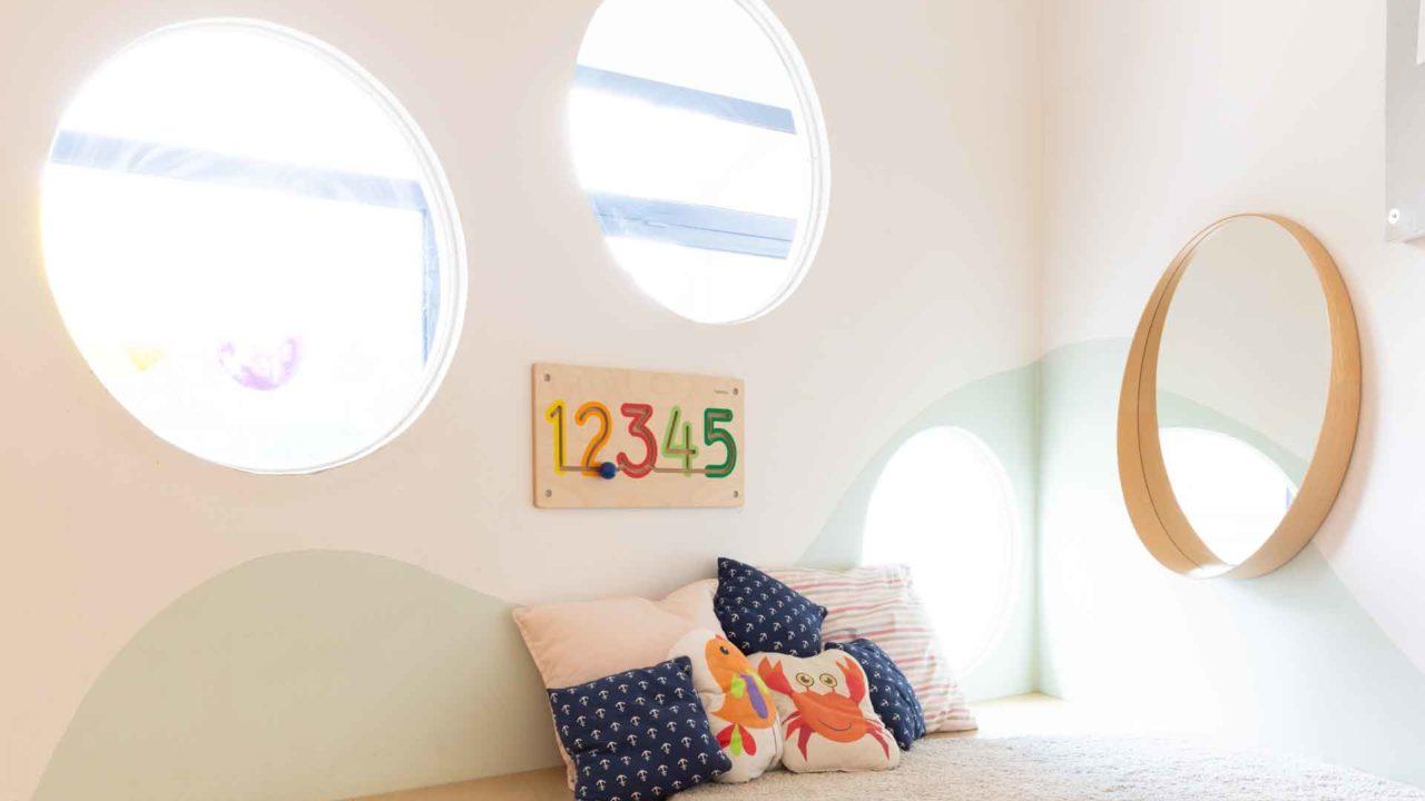 spielecke mit bullaugenfenster in der kita alsterstürmer